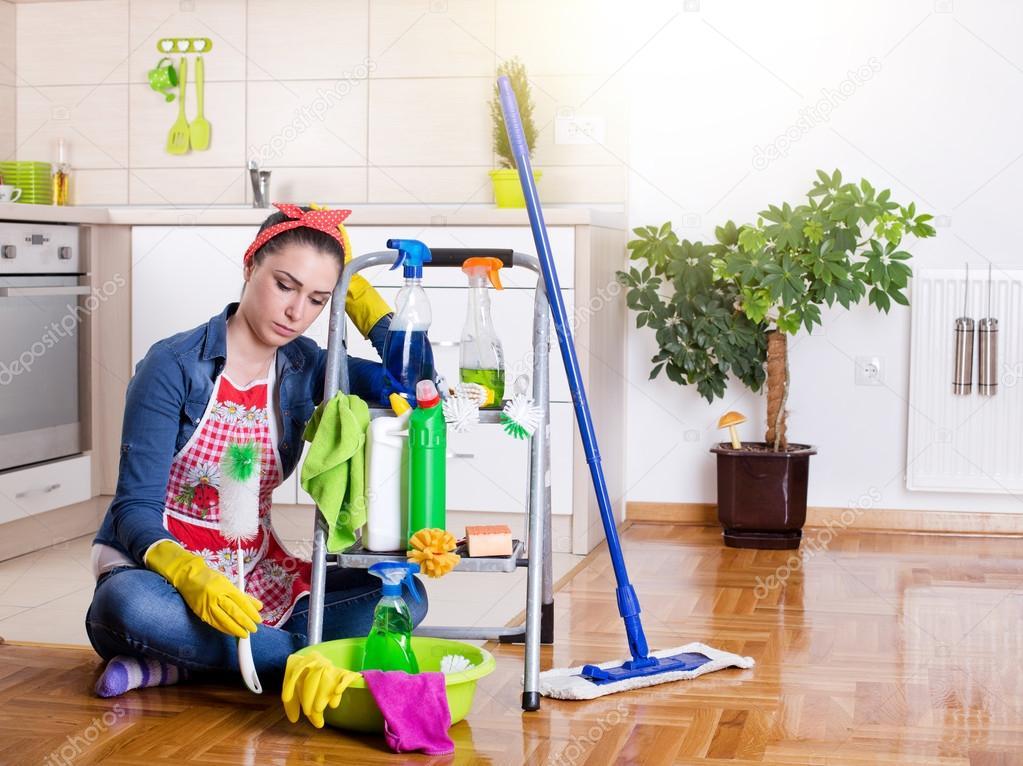 Stanco e infelice donna delle pulizie — Foto Stock © budabar #110504520