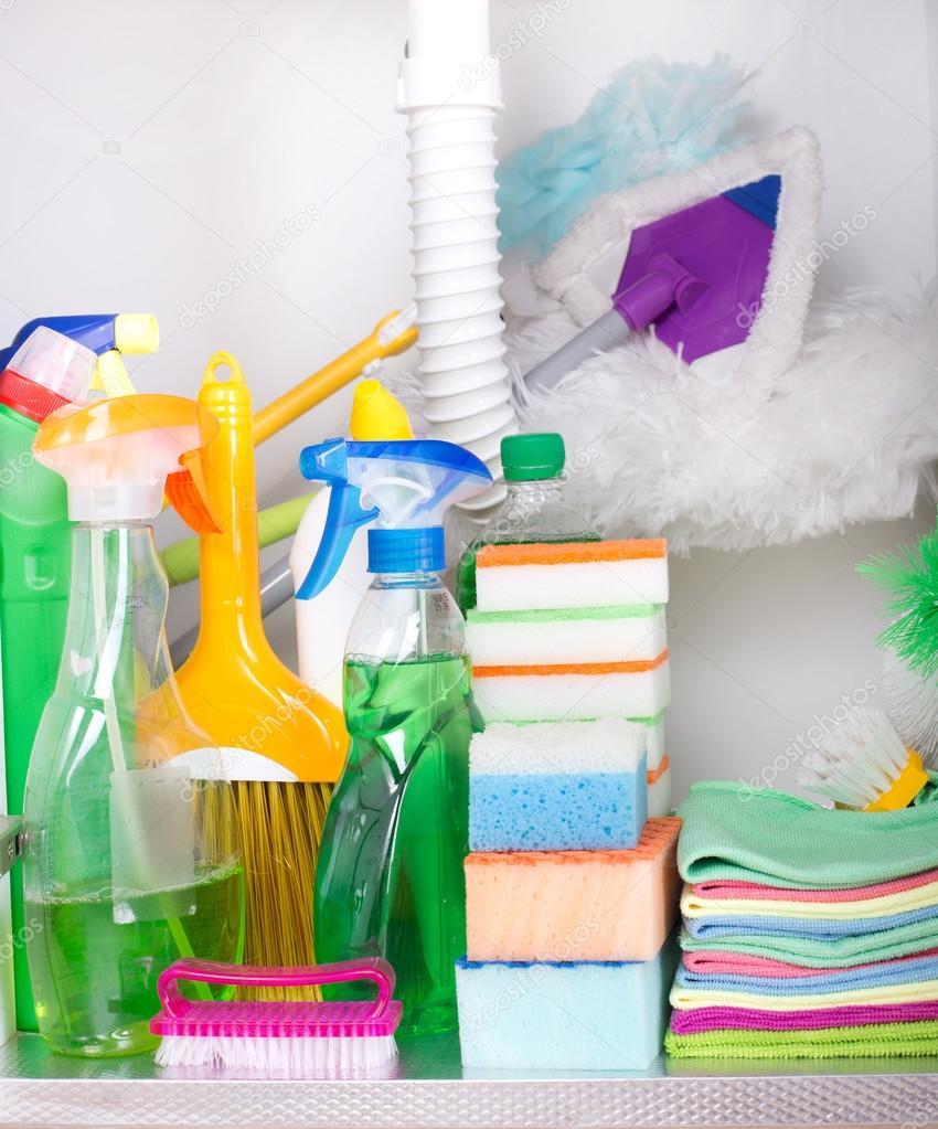 Reinigungsmittel im Küchenschrank — Stockfoto © budabar #111375646
