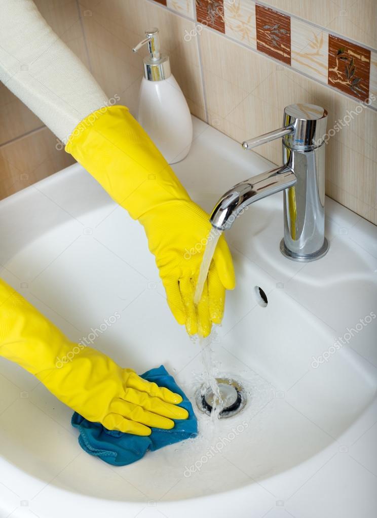 schoonmaken van de badkamer wastafel — Stockfoto © budabar #86606024