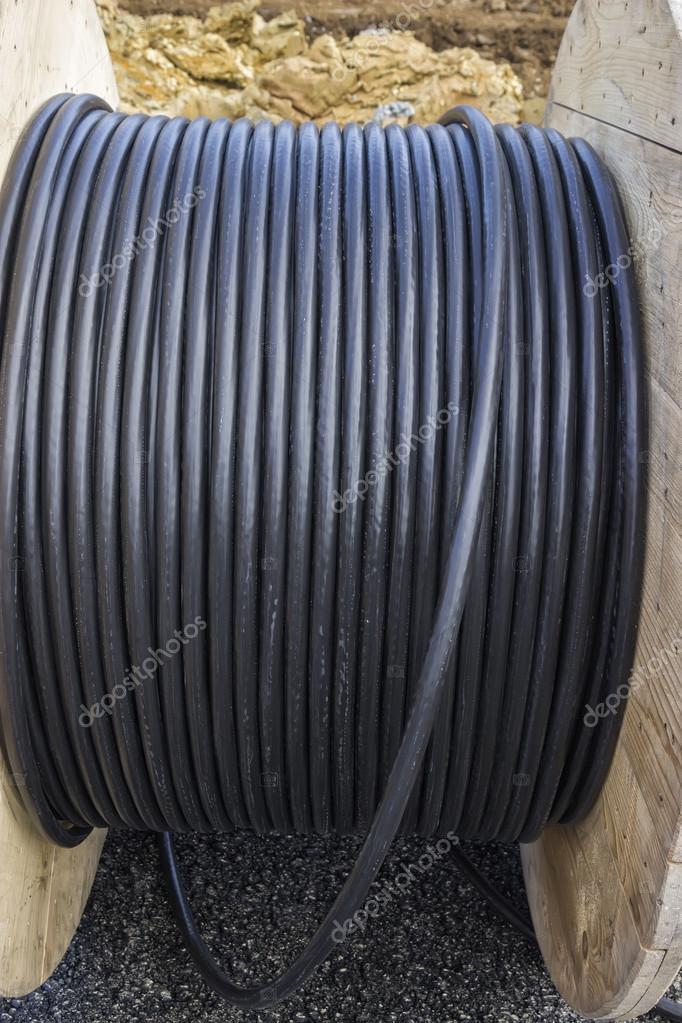 rouleau de c ble industriel noir sur grande bobine en bois photographie kataklinger 65301515. Black Bedroom Furniture Sets. Home Design Ideas
