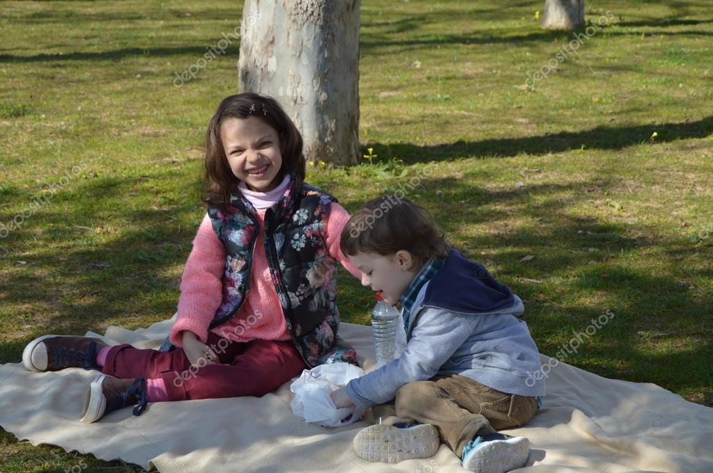 Lustige Frühling Picknick Stockfoto Naduvlad 104026694