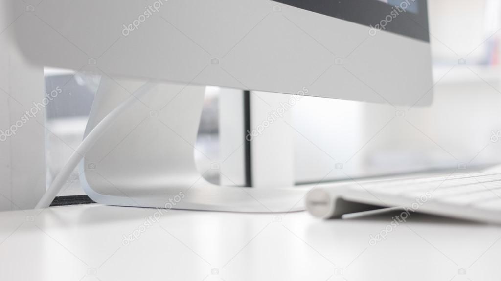Sfondo Desktop Stanza Ufficio : Interno bianco della stanza dell ufficio con il posto di lavoro l