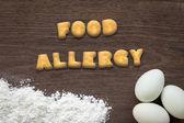 Levél keksz szó az élelmiszer-allergia a konyha asztal háttere
