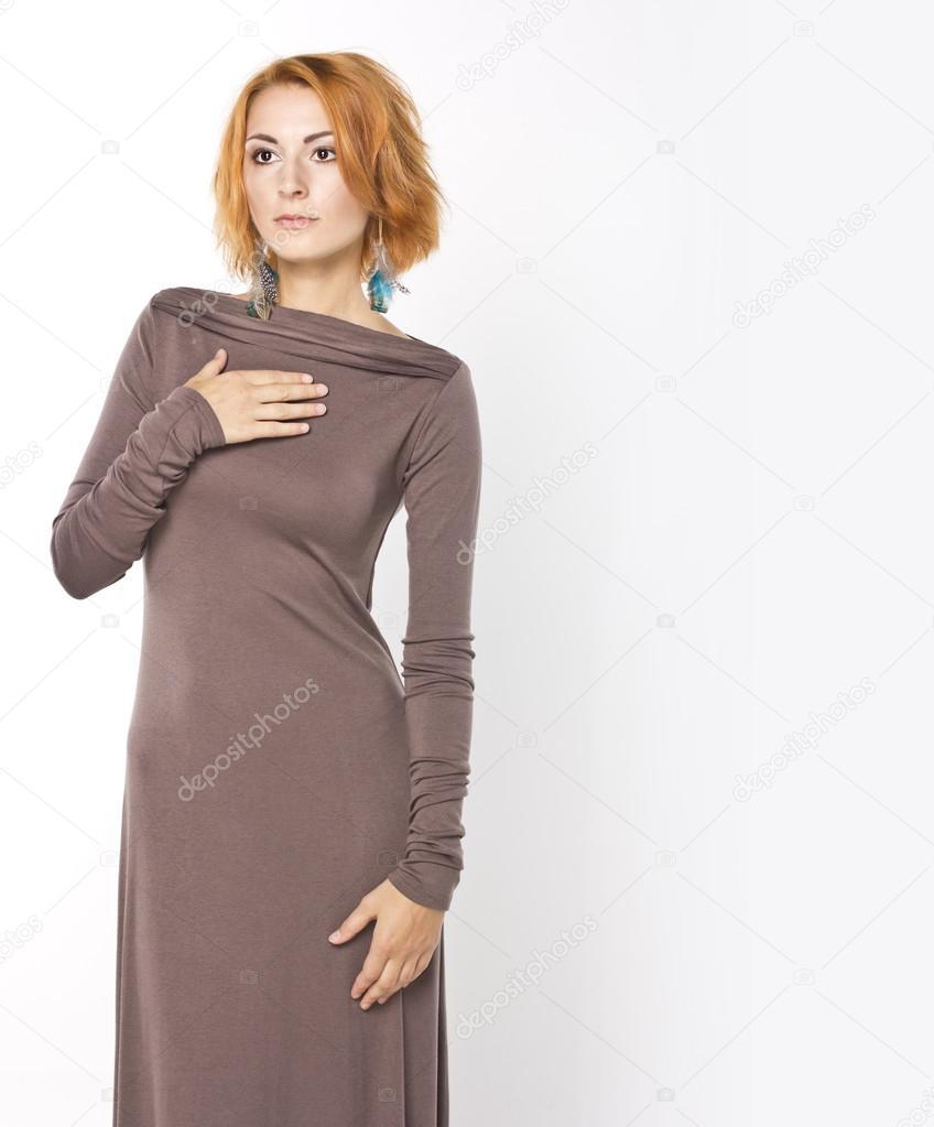 Женщина в длинном платье в полный рост