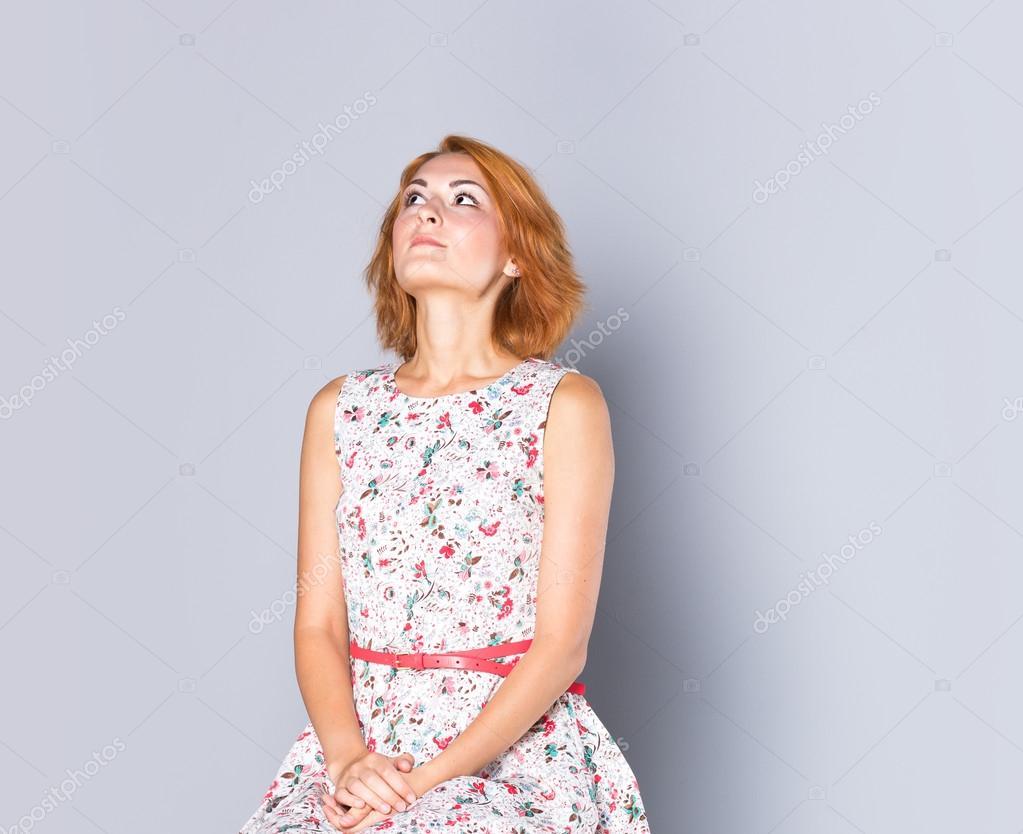 102fa7cdb85f Όμορφη νεαρή κοπέλα σε ένα κοντό φόρεμα κοκτέιλ. πορτρέτο της μόδας.  χτένισμα — Φωτογραφία