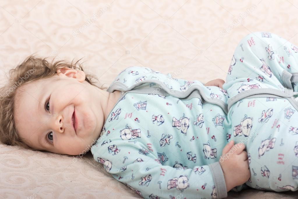 Hermoso bebé. El niño en la crib.baby en la cama. Retrato de un niño ...