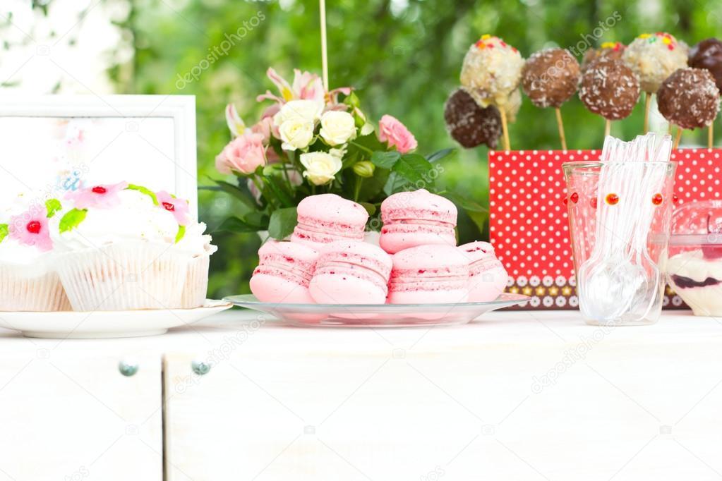 Franse bitterkoekjes  Candy bar  Bruiloft feest  Bruiloft snoep  u2014 Stockfoto  u00a9 rubchikovaa #76521953