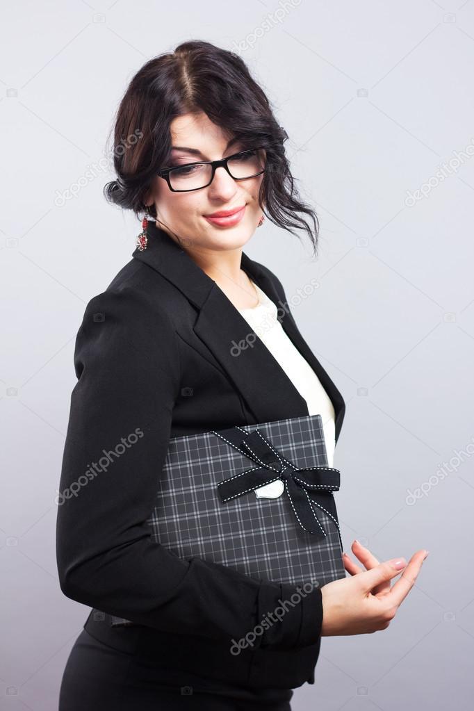 как найти брюнетку в черном костюме