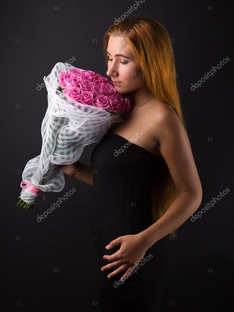 Цветы банках девушки с большим букетом роз оформление букетов оптом