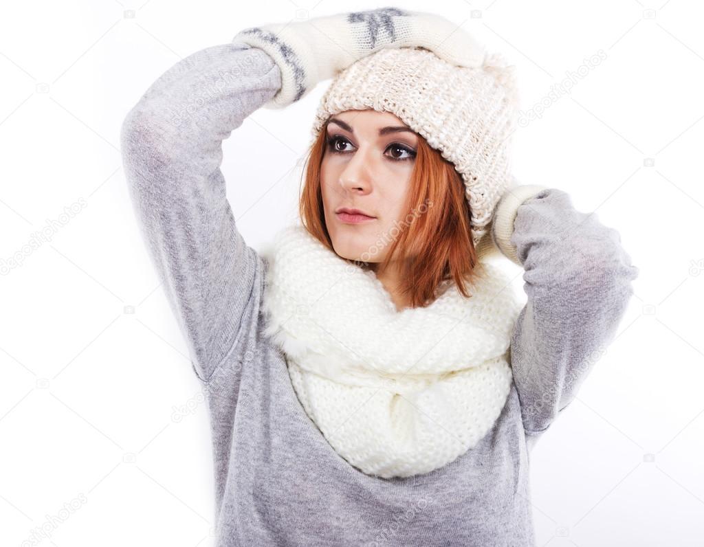 8648266cc95f Jeune fille dans un bonnet en laine et une écharpe. Une jeune fille  habillée chaudement. Froid de l hiver. Portrait d une jeune fille aux  grands yeux sur ...