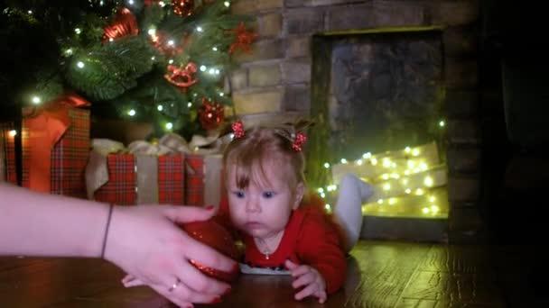 Vánoční miminko s věncem, vánoční stromeček, dárky a koule