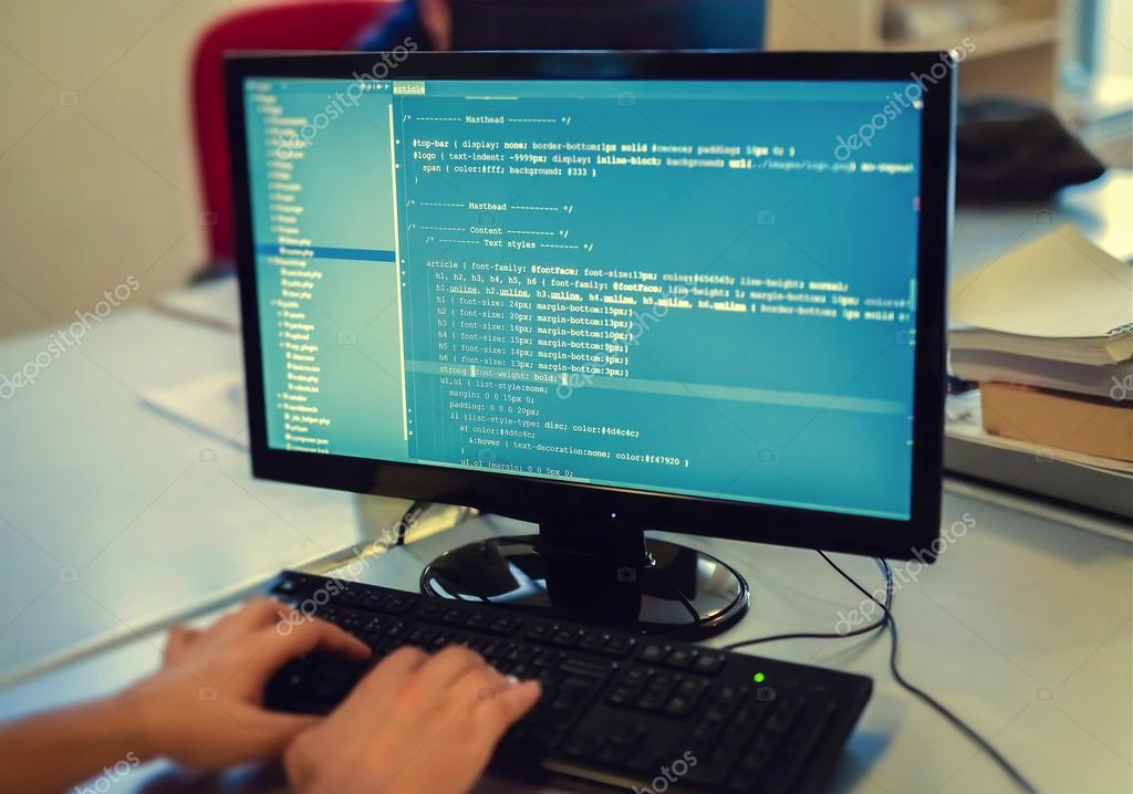 Développeur travaillant sur les codes sources sur ordinateur au