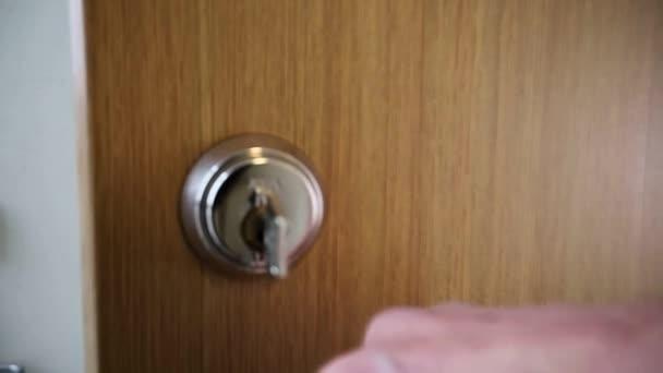 Eine Tür wird mit einem Schlüssel verschlossen