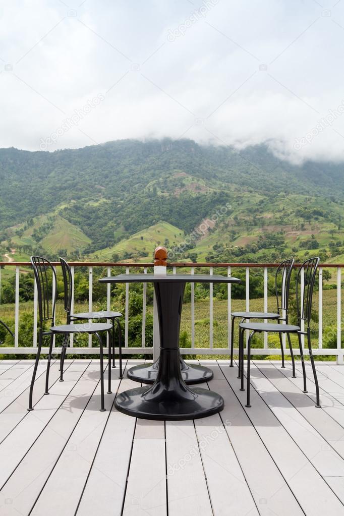 salon de la belle terrasse avec vue sur la montagne. Black Bedroom Furniture Sets. Home Design Ideas