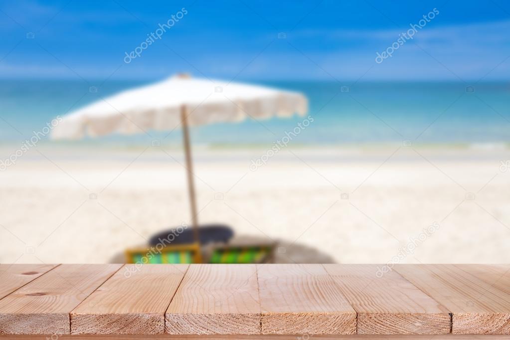 Tavolo In Legno Superiore Sui Offuscata Blu Mare E Spiaggia Di