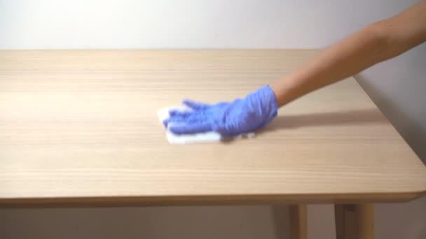 Čisticí stůl s antibakteriálním dezinfekčním tampónem pro zastavení šíření viru korony COVID-19.
