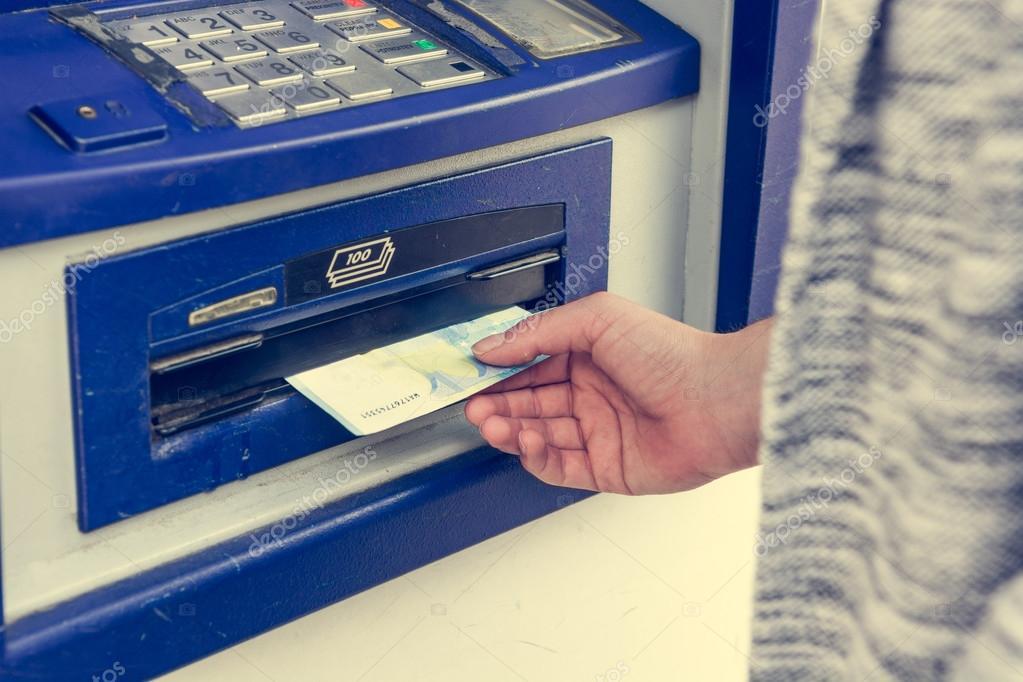 Nahaufnahme der Geldeingang von Geldautomaten — Stockfoto © anze ...