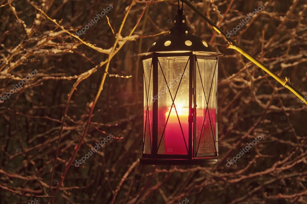Lanterna con candela di illuminazione di notte u foto stock