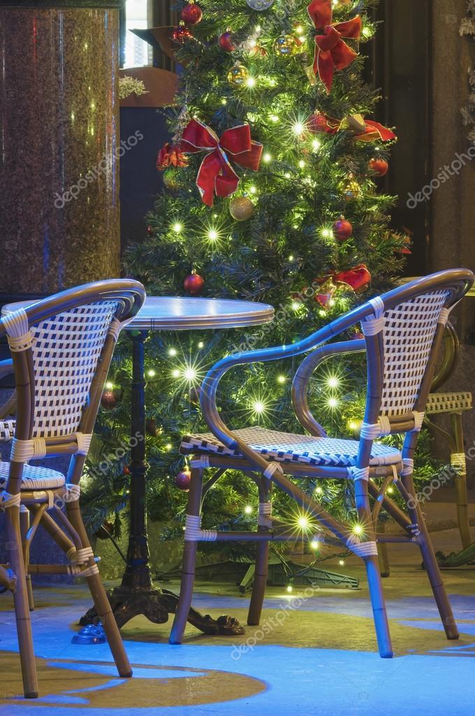 Weihnachtsbaum Rattan.Licht Gestaltet Weihnachtsbaum Mit Leeren Rattan Stühle Stockfoto
