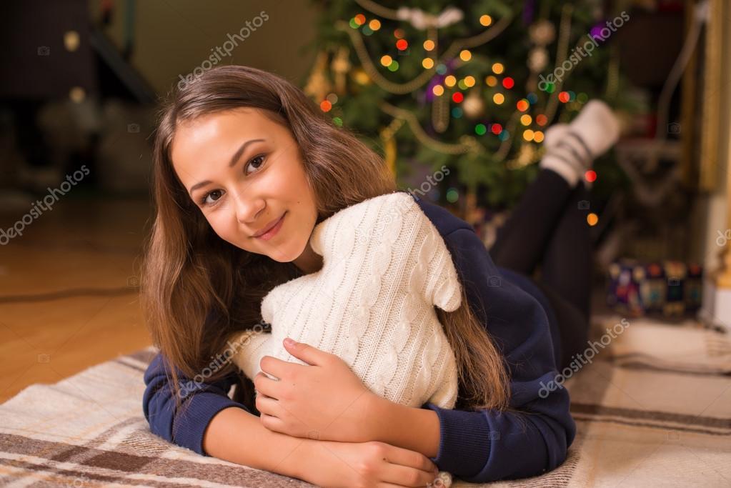sch ne junge m dchen in einem sweatshirt und strumpfhosen. Black Bedroom Furniture Sets. Home Design Ideas