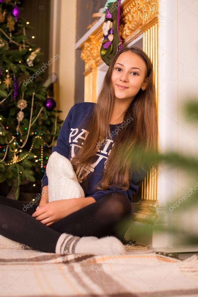 schöne junge Mädchen in einem Sweatshirt und Strumpfhosen in der ...