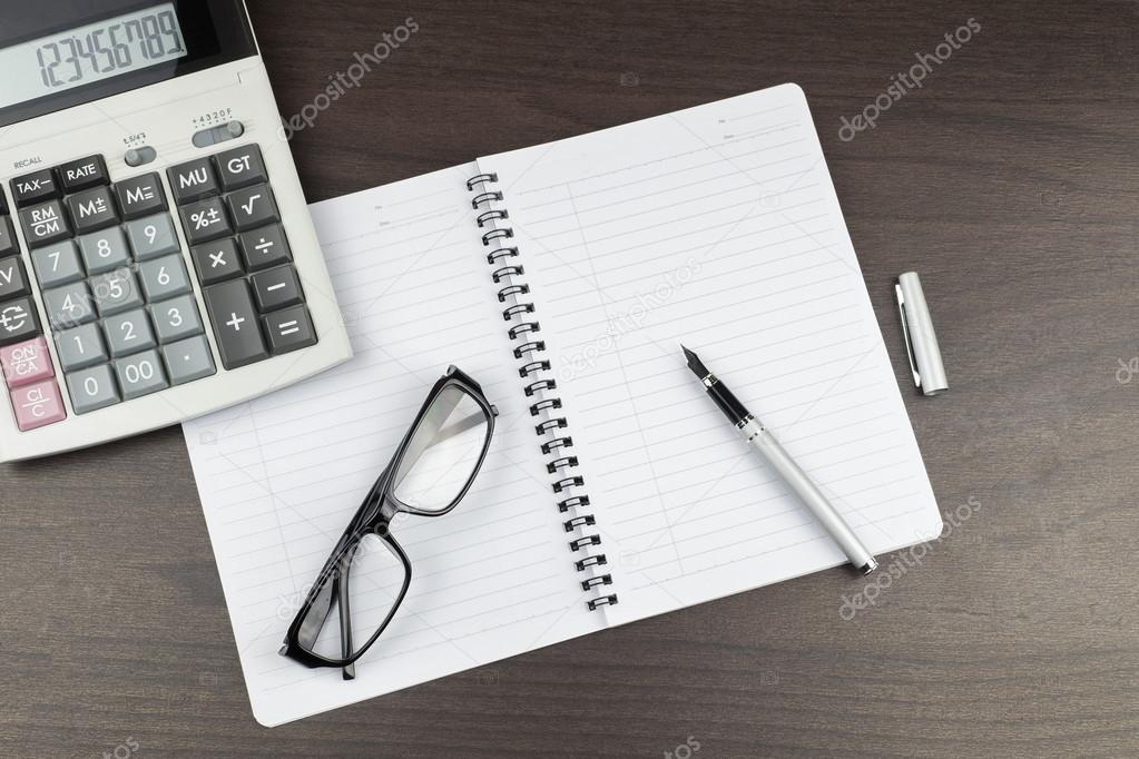 Bloc Notes Vide Sur La Table De Bureau Avec Stylo Calculatrice Et