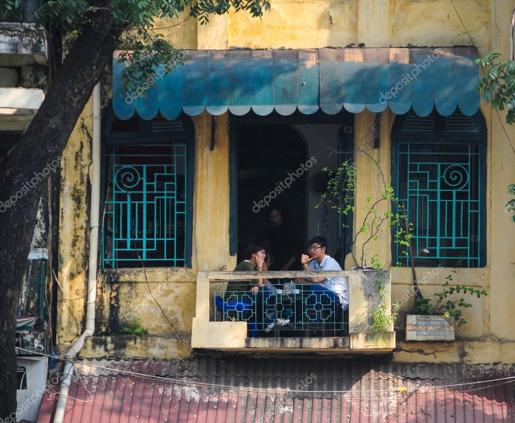 Schmale Häuser schmale häuser auf der straße hanoi redaktionelles stockfoto