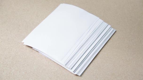 zásobník prázdných bílých listů