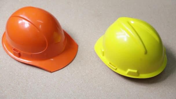 zwei Helme im Hintergrund
