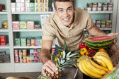 az ember a zöldségeket vásárlás