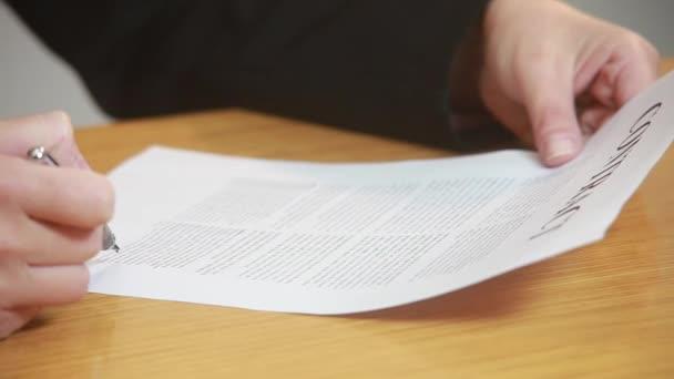 Geschäftsfrau liest einen Vertrag
