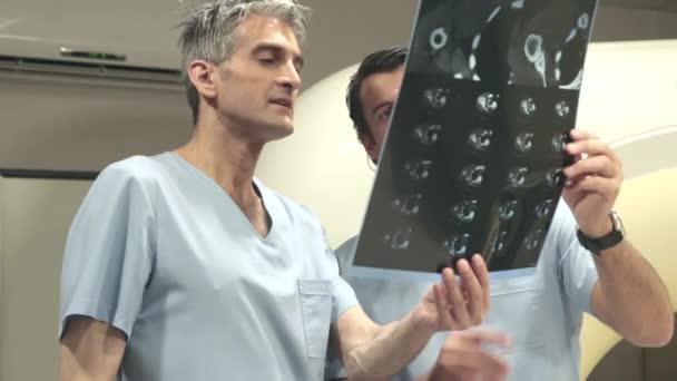 Lékaři, kontrola radiografie