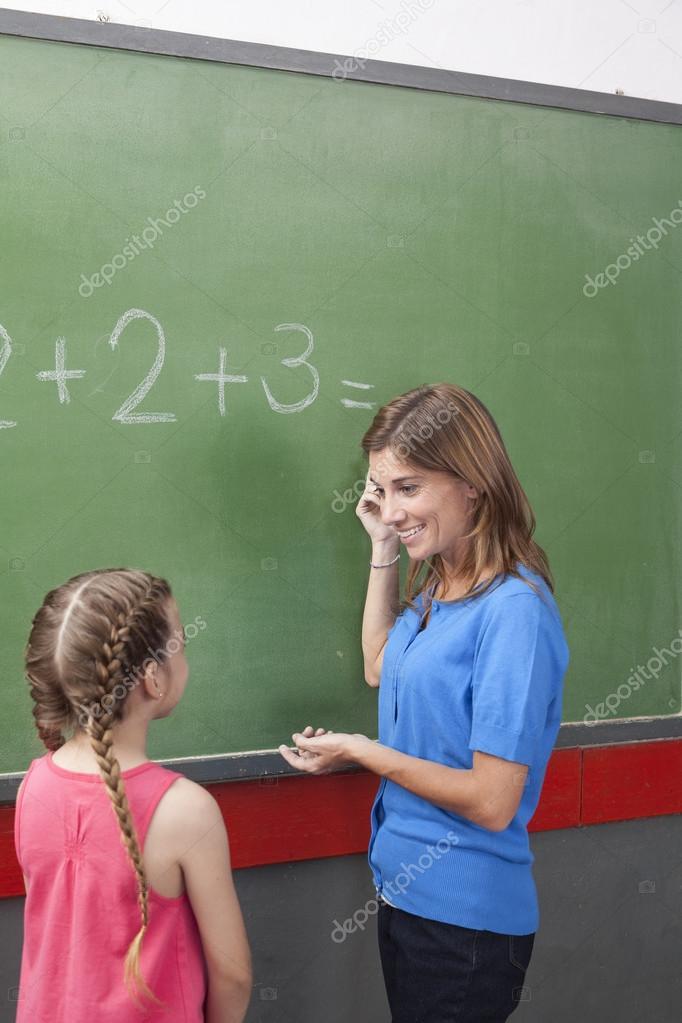 Resultado de imagem para foto de professora ensinando matemática no quadro negro