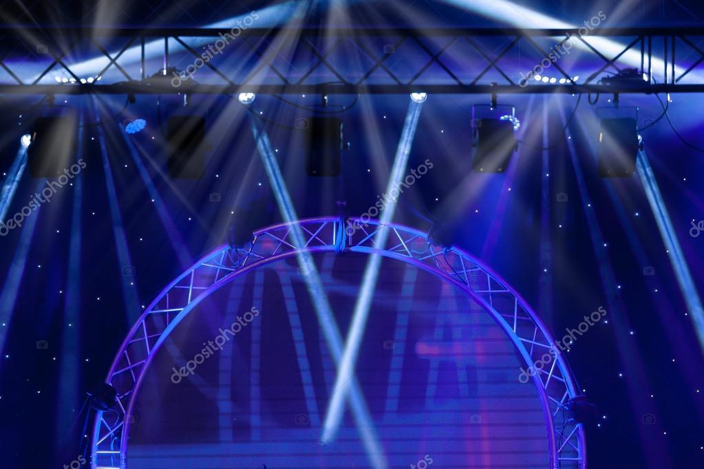 blauwe podium verlichting, licht show op het concert — Stockfoto ...