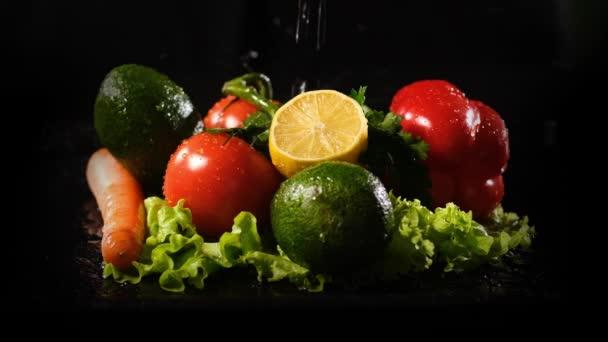 Vodní tryskáč padající na čerstvá zelenina a ovoce
