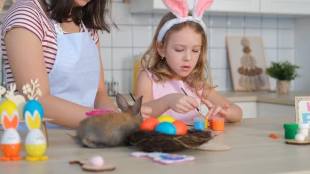 Kislány anyával Húsvétkor