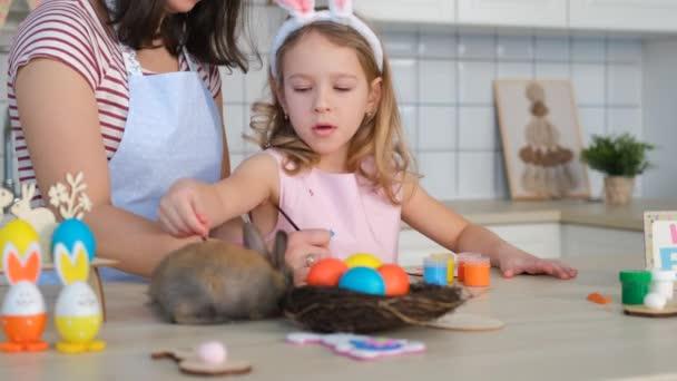 Gyermek lány anyával Húsvéti készülődés