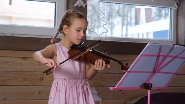 Aranyos kis hegedűművész gyakorlat otthon