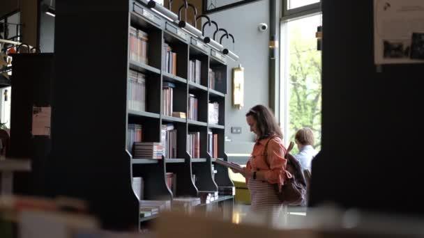 Mladá žena Zákazník Nakupování v knihkupectví