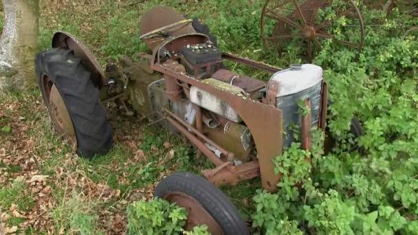 Opuštěné Ferguson traktor v poli