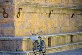 Staré historických kol proti zdi v Itálii
