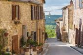 Photo Summer streets in the medieval Tuscan town.