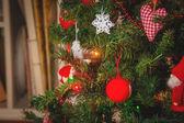 Vyzdobený vánoční strom a vánoční dárky