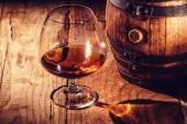 Erős alkohol egy fából készült asztal és a hordó
