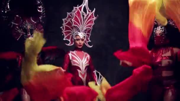Gyönyörű nők koronák és farsangi ruhák