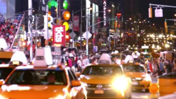 Městský provoz v New Yorku v noční době, davy lidí na ulicích