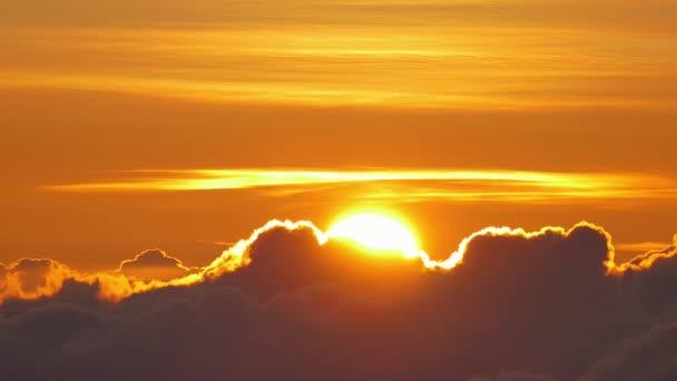 Krásné mraky na oranžové nebe