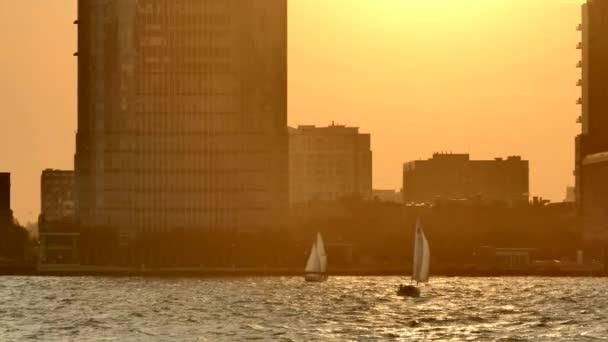 Sonnenuntergang im neuen Trikot, Segelboote auf dem Fluss Hudson