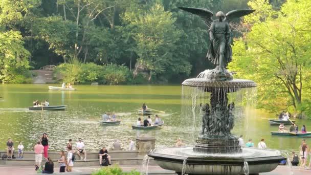 turisté projít fontána v Central parku