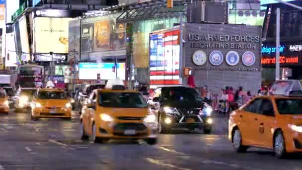 Taxíky v New York City kolem ulice